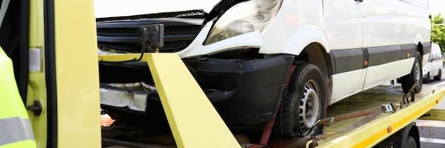 L'auto distrutta si leva in piedi sul primo piano del carro attrezzi. concetto di servizi di evacuazione auto Foto Premium
