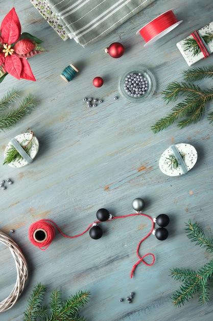 Sfondo di natale con ramoscelli di abete albero di natale, scatole regalo e decorazioni in rosso, bianco e verde. Foto Premium