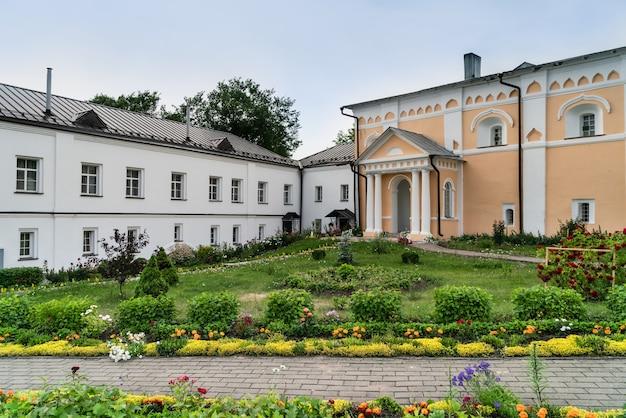 Iarda del monastero khutyn della trasfigurazione del salvatore e di san varlaam. russia, novgorod veliky Foto Premium