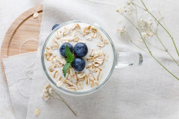 Dessert allo yogurt con farina d'avena, mirtilli, lamponi e menta Foto Premium
