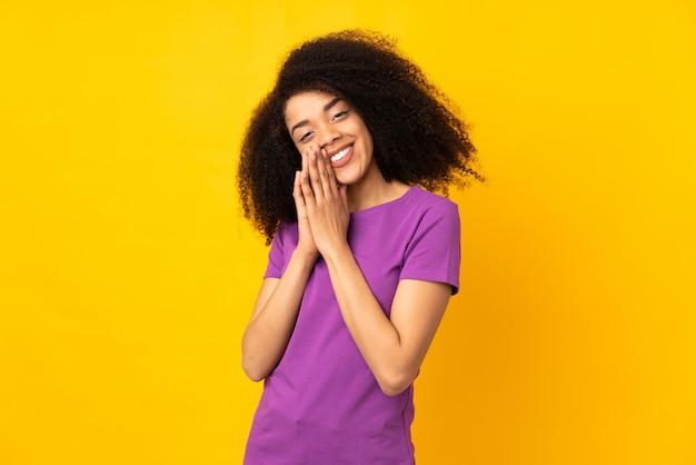 La giovane donna afroamericana tiene insieme la palma. la persona chiede qualcosa Foto Premium