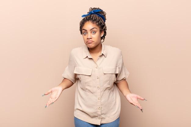 Giovane donna afro che si sente incapace e confusa, non avendo idea Foto Premium