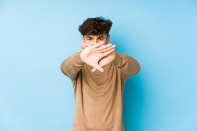 Giovane uomo arabo isolato facendo un gesto di diniego Foto Premium