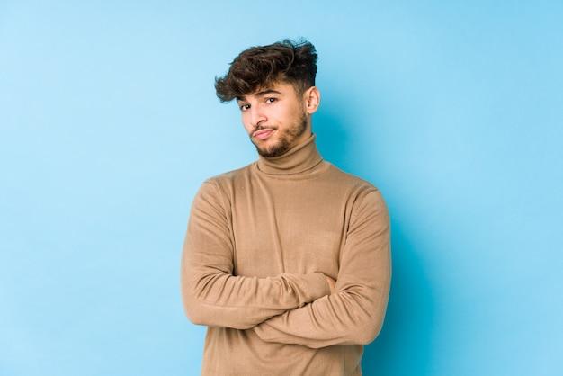 Il giovane uomo arabo ha isolato lo sguardo infelice con l'espressione sarcastica. Foto Premium