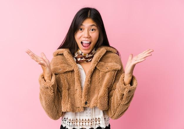 Giovane donna asiatica che celebra una vittoria o un successo, è sorpreso e scioccato. Foto Premium