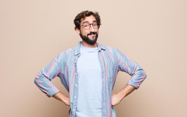 Giovane uomo barbuto sulla parete piana Foto Premium