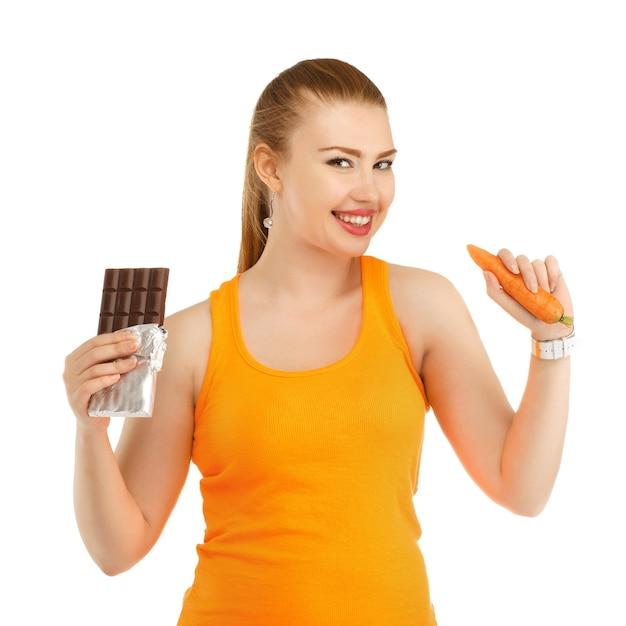 Giovane bella ragazza nel pensare cosa mangiare per perdere peso Foto Premium
