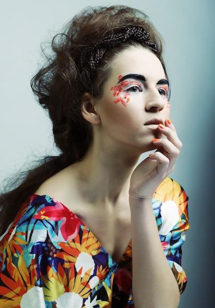 Giovane bella donna con trucco luminoso Foto Premium