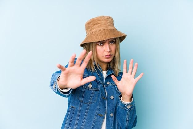 Giovane donna bionda caucasica isolata di essere scioccata a causa di un pericolo imminente Foto Premium