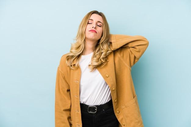 Giovane donna graziosa bionda isolata che soffre di dolore al collo a causa dello stile di vita sedentario. Foto Premium