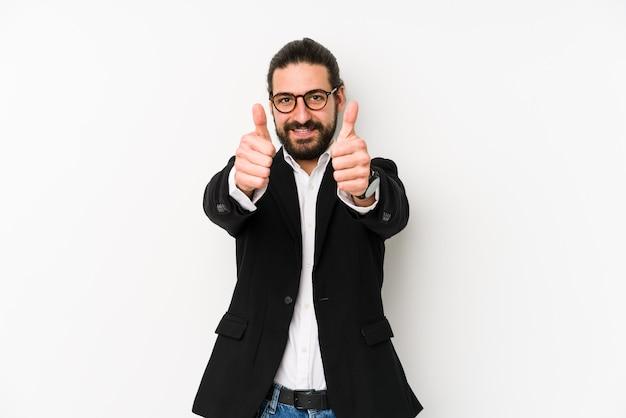 Giovane uomo d'affari caucasico isolato su un bianco con il pollice in alto, applausi per qualcosa, il sostegno e il concetto di rispetto. Foto Premium