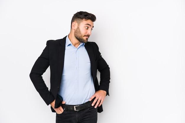 Giovane uomo d'affari caucasico pensando e facendo una scelta. Foto Premium