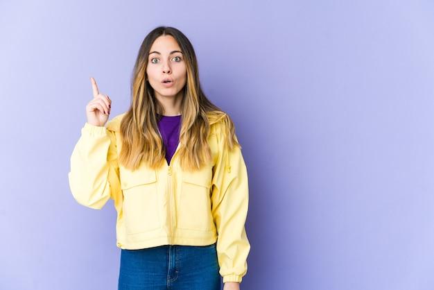 Giovane donna caucasica rivolta verso l'alto con la bocca aperta. Foto Premium