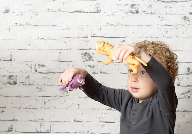 Un bambino che gioca con gli animali Foto Premium