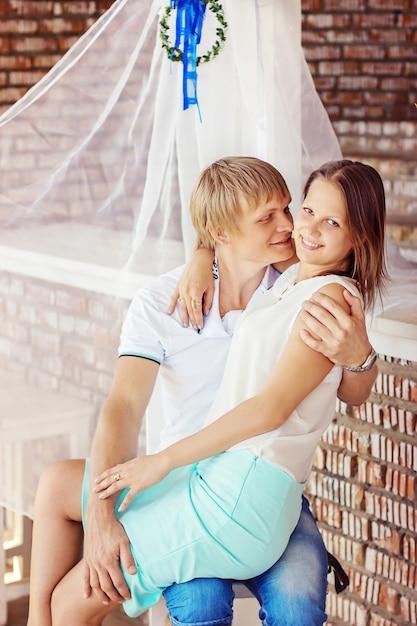 Giovani coppie nell'amore divertendosi e bevendo champagne sulla spiaggia. Foto Premium
