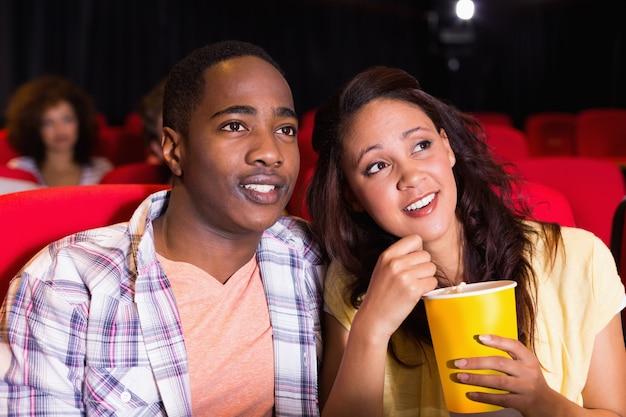 Giovane coppia guardando un film Foto Premium