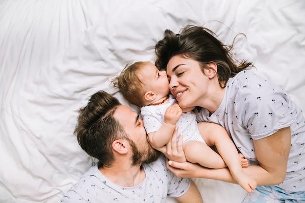 Giovane coppia con bambino al mattino Foto Premium