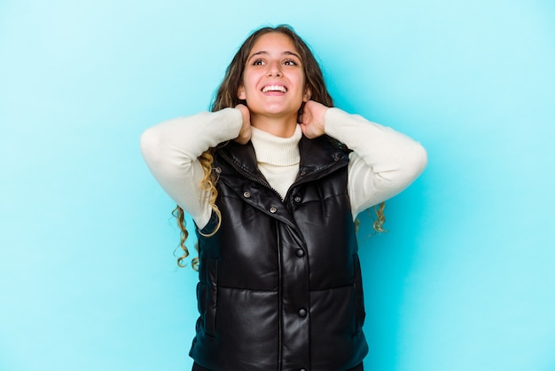 La giovane donna dei capelli ricci ha isolato la sensazione sicura, con le mani dietro la testa Foto Premium