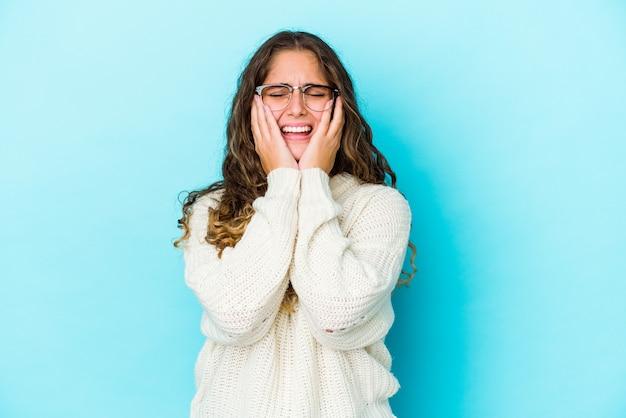 La giovane donna dei capelli ricci ha isolato piagnucolando e piangendo sconsolato Foto Premium