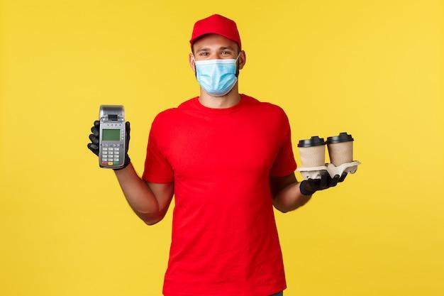 Giovane uomo di consegna in un berretto rosso che indossa una maschera Foto Premium
