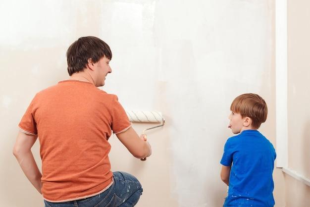 Muro di casa pittura giovane famiglia Foto Premium
