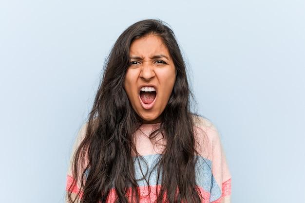 Giovane donna indiana di moda che grida molto arrabbiata e aggressiva. Foto Premium