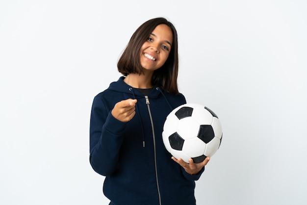 Giovane donna del giocatore di football americano isolata sul fronte di puntamento bianco con l'espressione felice Foto Premium