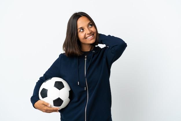 Giovane donna del giocatore di football americano isolata su bianco che pensa un'idea Foto Premium