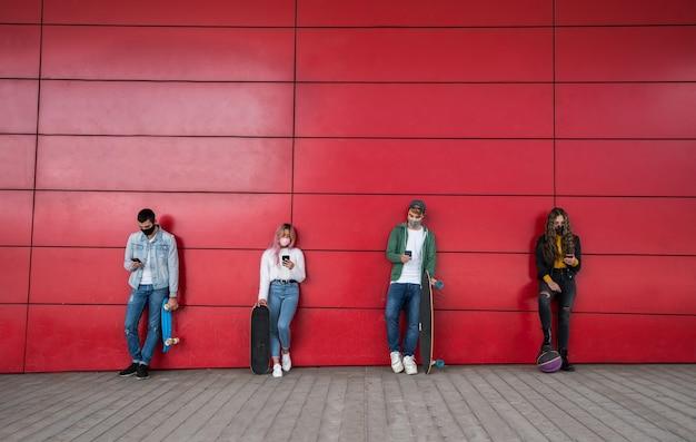 Giovani amici utilizzando il telefono cellulare Foto Premium