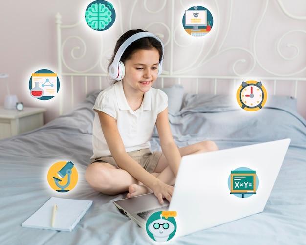 Ragazza che impara sul suo computer portatile Foto Premium