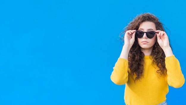 Spazio d'uso della copia degli occhiali da sole della ragazza Foto Premium
