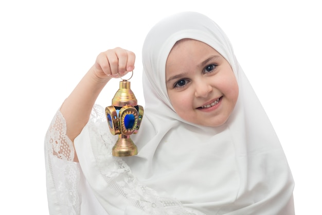 Giovane ragazza in hijab bianco con lanterna ramadan Foto Premium