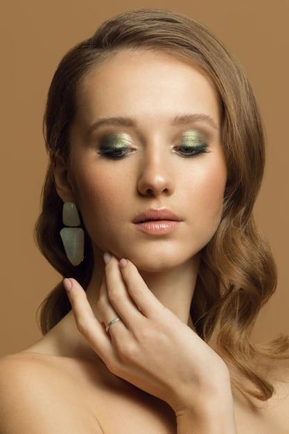 Giovane ragazza con gli occhi chiusi e bella serata trucco verde Foto Premium