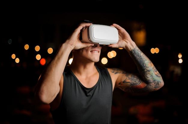 Il giovane ragazzo si morde il labbro in vetri di realtà virtuale contro Foto Premium