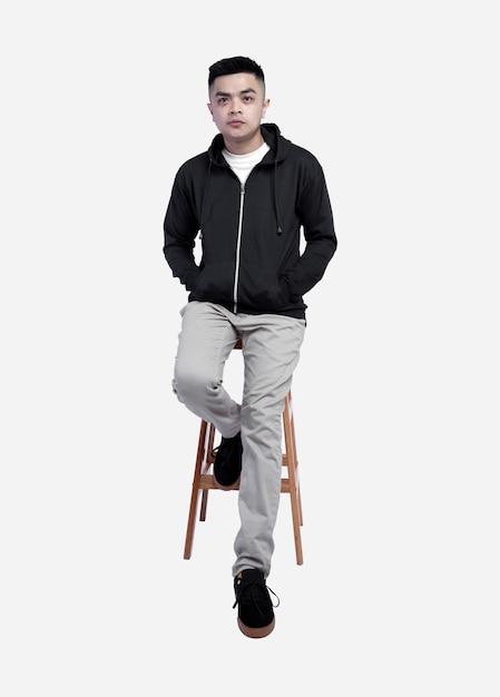 Giovane uomo bello che indossa una felpa con cappuccio nera Foto Premium
