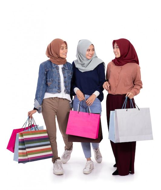 Giovani donne hijab in piedi dopo lo shopping Foto Premium