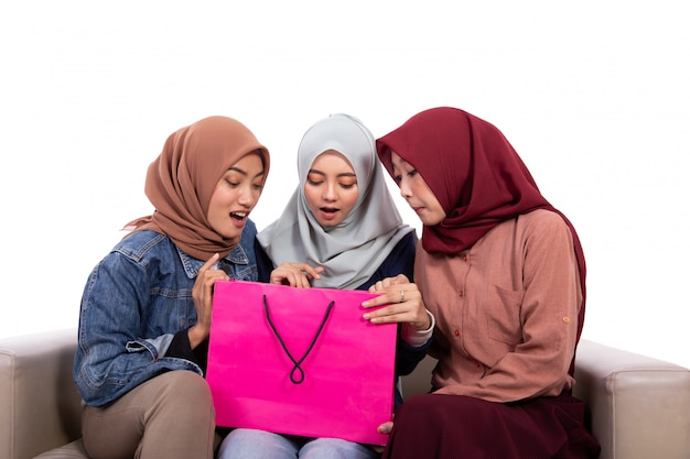 Le giovani donne hijab sorprese aprono la loro borsa della spesa Foto Premium