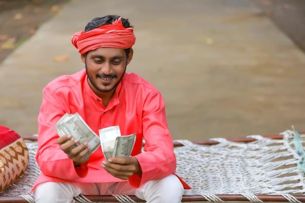 Giovane indiano che conta soldi Foto Premium