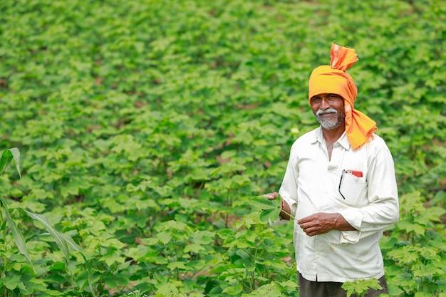 Giovane agricoltore indiano che lavora al campo Foto Premium