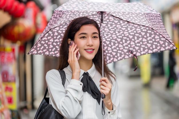 Giovane ragazza giapponese all'aperto Foto Premium