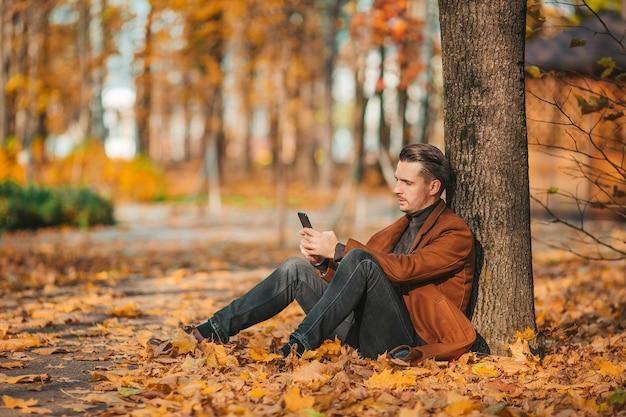 Giovane uomo in autunno parco all'aperto Foto Premium