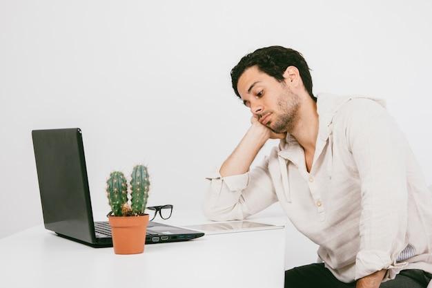 Giovane, annoiato, lavoro Foto Premium