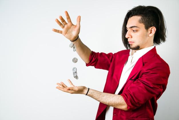 Il giovane gestisce alcune monete per far quadrare i conti con il suo scarso stipendio. Foto Premium