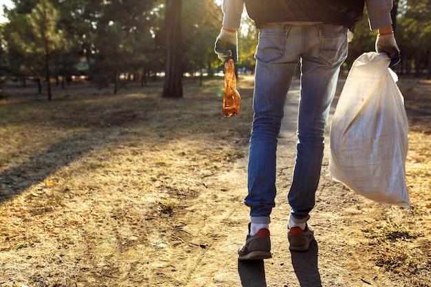 Giovane uomo raccogliendo spazzatura Foto Premium