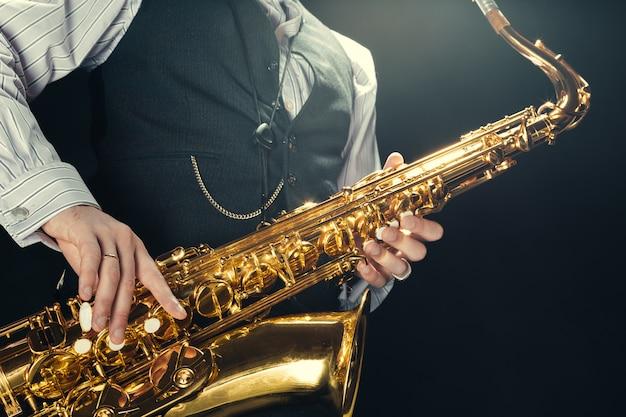 Giovane che suona un sassofono Foto Premium