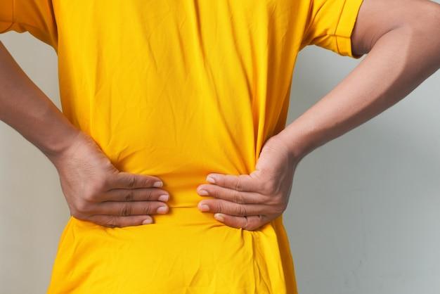 Giovane uomo che soffre di mal di schiena da vicino Foto Premium