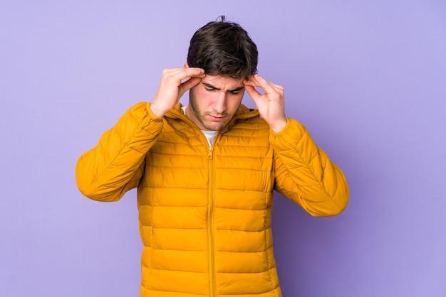 Giovane uomo che tocca le tempie e che ha mal di testa. Foto Premium