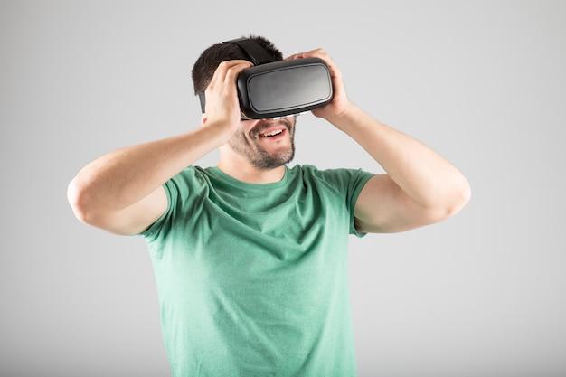 Giovane che utilizza le cuffie da realtà virtuale Foto Premium