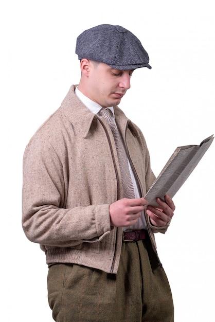 Giovane in abiti vintage con cappello, leggendo il giornale Foto Premium