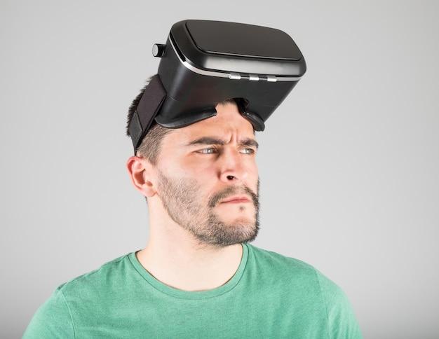 Giovane uomo che indossa occhiali per realtà virtuale isolati Foto Premium